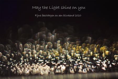 May the Light shine on you - Laatste maanden niet veel op zoom geweeest door andere bezigheden, maar ik ben jullie niet vergeten hoor. Hele fijne feestdagen  allemaal en een gez - foto door Puck101259 op 22-12-2019 - deze foto bevat: donker, druppel, licht, wens, spiegeling, kerstkaart, kunst, reflecties, details, bokeh, macrofotografie, brigitte
