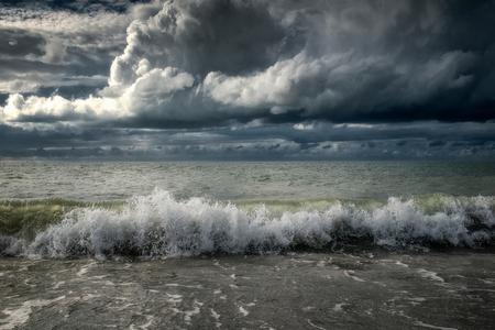 Dreigende lucht.... - Tijdens een strandwandeling deze week aan de Brouwersdam zag ik deze indrukwekkende luchten. - foto door apadmos op 26-09-2020 - deze foto bevat: lucht, wolken, strand, water, natuur, dreiging, landschap, golven, zeeland, brouwersdam, kust, noordzee, noordzeestrand
