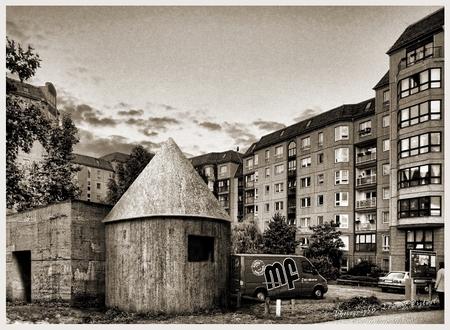 Ondergang (5/7) - [i]Nummer 5 in een serie van 7 opeenvolgende foto's en bewerkingen van (voor mij) bijzondere plaatsen die sterk gerelateerd zijn aan de Tweede Wereld - foto door TommyDijkwel op 01-05-2017 - deze foto bevat: berlijn, führerbunker