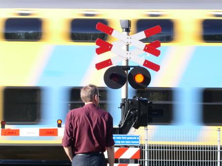As trains go by - Lag ik net op mijn knietjes paddenstoelen te fotograferen toen de trein langskwam. Moest even heel snel omschakelen... - foto door Liesbeth_zoom op 22-10-2004 - deze foto bevat: trein