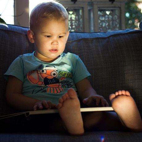Lezend uit zijn magische boek