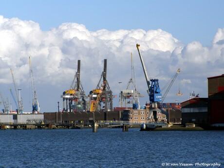 Wolkenmassa boven Industrie gebied.