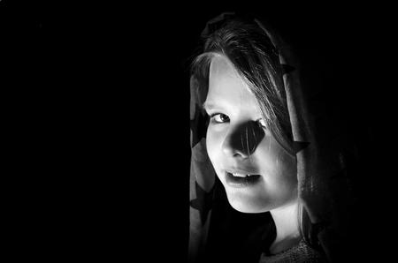 Low key portret van jong meisje met sjaal - Low key portret van een jong meisje met sjaal. Eerste testen met low key fotografie. Model vond het lastig ogen open te houden door fel flitslicht en - foto door flashpro op 28-03-2016 - deze foto bevat: donker, licht, portret, schaduw, model, flits, kind, haar, meisje, lief, beauty, zwartwit, blond, closeup, lowkey, 50mm