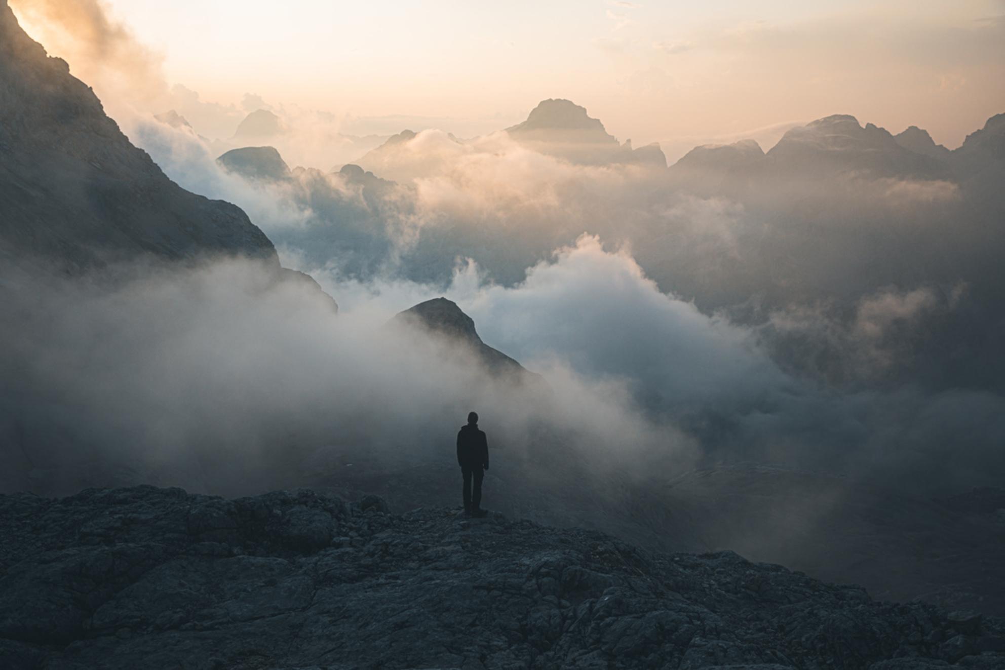 Beauty in chaos. - Prachtige chaos tijdens zonsondergang in de Julische Alpen.  Make sure you follow me on: https://www.facebook.com/ShotByCanipel/ https://www.inst - foto door canipel op 28-09-2019 - deze foto bevat: lucht, wolken, kleur, uitzicht, natuur, licht, avond, zonsondergang, reizen, landschap, bergen, avontuur, wandelen, alpen, persoon, reisfotografie, europa, triglav, slovenie, gouden uur - Deze foto mag gebruikt worden in een Zoom.nl publicatie