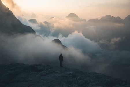 Beauty in chaos. - Prachtige chaos tijdens zonsondergang in de Julische Alpen.  Make sure you follow me on: https://www.facebook.com/ShotByCanipel/ https://www.inst - foto door canipel op 28-09-2019 - deze foto bevat: lucht, wolken, kleur, uitzicht, natuur, licht, avond, zonsondergang, reizen, landschap, bergen, avontuur, wandelen, alpen, persoon, reisfotografie, europa, triglav, slovenie, gouden uur