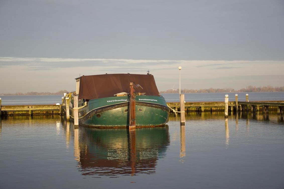 DSC_0508 - Op 25 februari 2021 lag deze boot bij een haven in Kudelstaart  De dag was net ontwaakt. En er heerst een heerlijke rust, met weinig wind. En het zo - foto door Marialouisa op 25-02-2021 - deze foto bevat: water, boot, haven