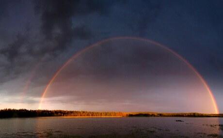 Regenboogmet donkere regenlucht