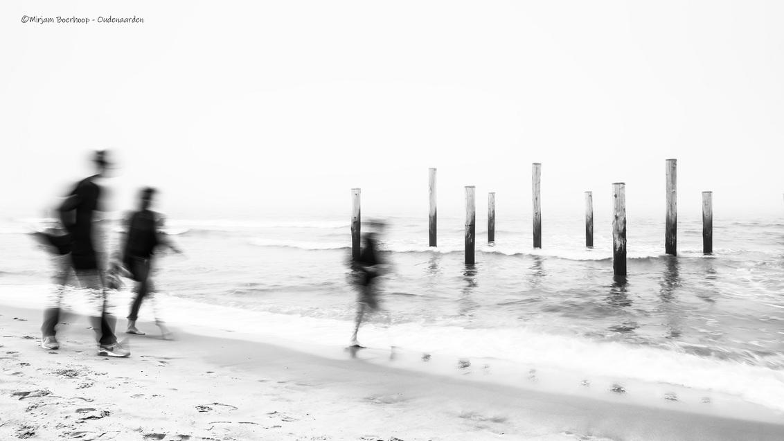 Mistig - Weer eens wat anders, de mist bleef op het strand hangen. Midden op de dag, met mijn little stopper voor mijn camera, deze foto gemaakt. Op statief.  - foto door m_oudenaarden op 15-06-2020 - deze foto bevat: lucht, strand, zee, water, lente, licht, bewerkt, spiegeling, landschap, mist, zand, kust, holland, nederland, bewerking, zwartwit, wandelen, contrast, photoshop, noordholland, europa, petten, lightroom, nik, noord-holland, fotohela, lange sluitertijd, palendorp