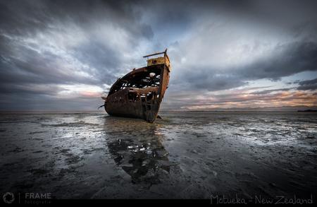 Gestrand - Gestrand aan de kust van het Zuidereiland van Nieuw Zeeland - foto door framefotografie op 04-04-2019 - deze foto bevat: lucht, wolken, strand, water, panorama, natuur, licht, boot, herfst, avond, zonsondergang, vakantie, landschap, zand, schip, kust, wrak, zuidereiland, nieuw zeeland, motueka