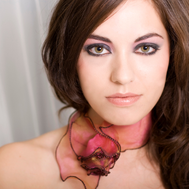 Majel! - Deze foto heb ik vorige maand gemaakt. Ik vind haar ogen op deze foto ook mooi in combinatie met het sjaaltje. - foto door diana2206 op 20-11-2008 - deze foto bevat: portret, visagie, diana2206