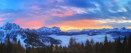 Zonsondergang in de Dolomieten panorama - Kleine selectie van onze vakantie naar de Dolomieten in 2016    https://dvdwphotography.com/2019/01/31/skiing-in-the-dolomites/  https://www.ins - foto door dennisvdwater op 31-01-2019 - deze foto bevat: lucht, wolken, panorama, natuur, licht, sneeuw, winter, avond, zonsondergang, vakantie, landschap, mist, bomen, bergen, italy, dolomieten