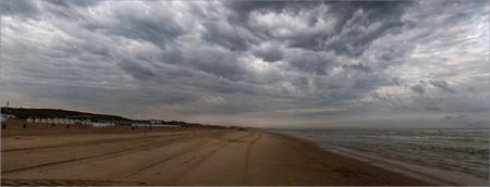 Katwijks Panorama - Dreigende wolken boven het Katwijkse strand - foto door Jan Zuijderduijn op 02-09-2015