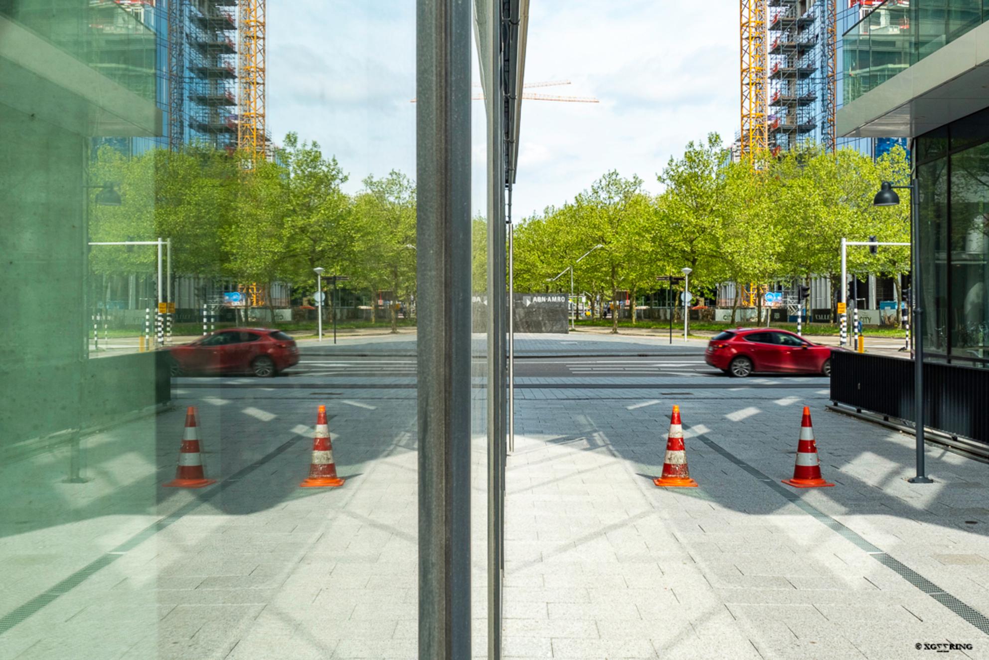 Zuidas 9 - Op dezelfde positie als de vorige foto maar dan 90° rechtsom gedraaid (of voor wie dat liever heeft 270° linksom), met behulp van het glas eenzelfde  - foto door xgeering op 12-05-2020 - deze foto bevat: amsterdam, kleur, glas, lijnen, architectuur, spiegeling, reflectie, auto, gebouw, perspectief, beweging, straatfotografie, zuidas - Deze foto mag gebruikt worden in een Zoom.nl publicatie