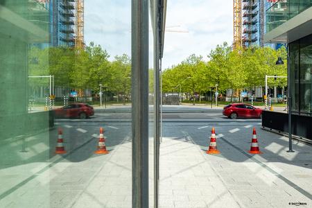 Zuidas 9 - Op dezelfde positie als de vorige foto maar dan 90° rechtsom gedraaid (of voor wie dat liever heeft 270° linksom), met behulp van het glas eenzelfde  - foto door xgeering op 12-05-2020 - deze foto bevat: amsterdam, kleur, glas, lijnen, architectuur, spiegeling, reflectie, auto, gebouw, perspectief, beweging, straatfotografie, zuidas