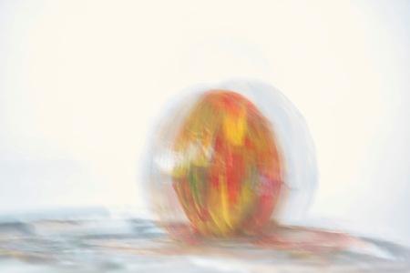 Vrolijk Pasen - Iedereen prettige Paasdagen. In mijn diepste creatieve momenten heb ik dit beschilderde ei van mij echtgenote op de foto gezet :)  Bedankt voor het - foto door JerPet op 03-04-2021 - deze foto bevat: kleur, abstract, beweging, paasei