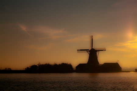 Goedemorgen Nederland! - Laatste molen op de Zaanse Schans in de herfst mist - foto door zaankanter op 17-10-2010 - deze foto bevat: mist, molen, zonsopgang, zaanstreek
