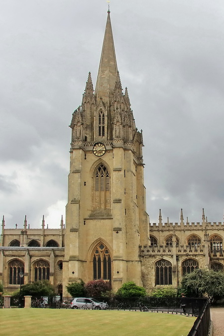 Oxford 25 - De zuidkant van de Radcliffe square tot slot wordt gedomineerd door de stoere toren van de University Church of St. Mary the Virgin, zeg maar een stu - foto door k-de-beer op 20-09-2016 - deze foto bevat: tower, stad, engeland, studenten, church, universiteit, architecture, virgin, uk, oxford, college, university, st. mary's