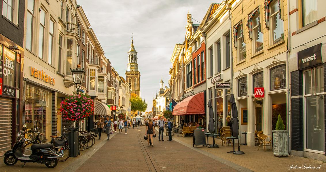 Straatfotografie bewerkt - Kampen is een stad in de Nederlandse provincie Overijssel en de hoofdplaats van de gelijknamige gemeente. De oude Hanzestad is gelegen aan de beneden - foto door johandekens op 15-10-2018 - deze foto bevat: oud, mensen, kleur, straat, licht, markt, kampen, straatfotografie, centrum