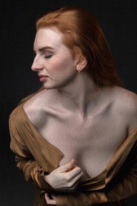 Jules Koun - - - foto door jhslotboom op 29-11-2018 - deze foto bevat: vrouw, portret, model, tegenlicht, ogen, erotiek, beauty, naakt, grieks, roodharig, kamerjas, suede