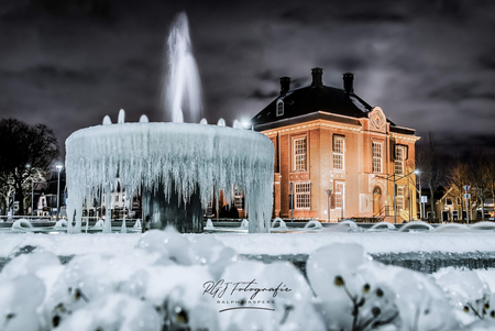 IJsland of Nederland... - HDR foto betaande uit 3 losse foto's. - foto door RGJ-fotografie op 10-02-2021 - deze foto bevat: water, licht, winter, ijs, architectuur, gebouw, koud, nacht, huis, bevroren, fontein, hdr, lange sluitertijd