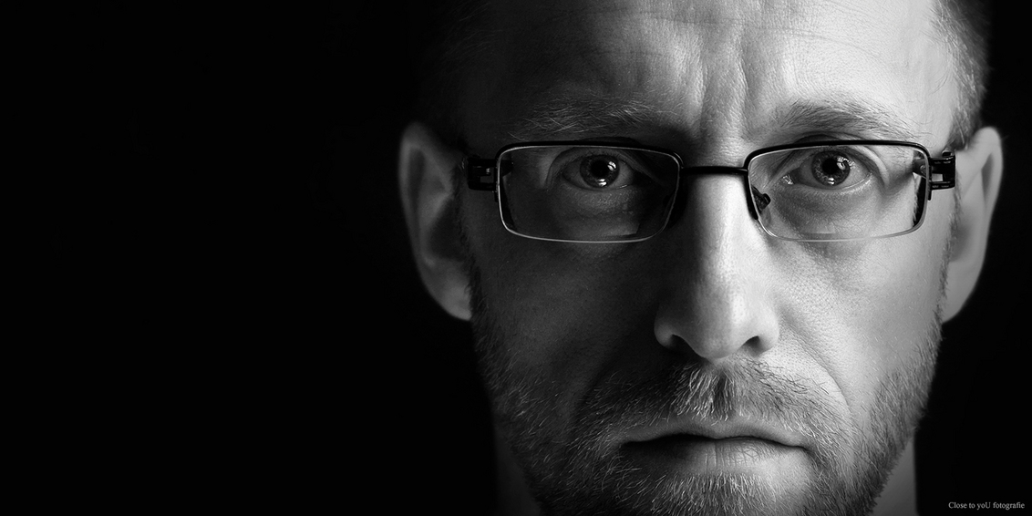 Oog in oog - hallo allemaal,  De start van een nieuwe serie studio portretten genaamd Oog in oog.  met indringende blikken.  model Erik.  groetjes Gerda - foto door close.to.yoU.fotografie op 27-05-2015 - deze foto bevat: man, zwartwit, cinema, close to you fotografie, gerda van loo