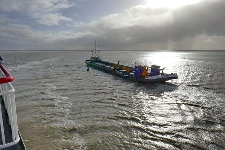 Op weg naar Ameland - Op weg naar Ameland (november kunstmaand) midden op de Waddenzee. - foto door indewatergaten op 12-01-2018 - deze foto bevat: lucht, zon, zee, water, licht, boot, landschap, tegenlicht, kust
