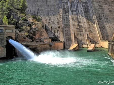 Stuwdam Del Cenajo. - Hier is de uitlaat van de stroomturbines, aan de ander kant van de dam staat 227 hm3.......de dam is 84 meter hoog.  Bedankt voor al jullie reactie - foto door ocelot_zoom op 29-09-2020 - deze foto bevat: water, spanje, stuwdam, nicojo