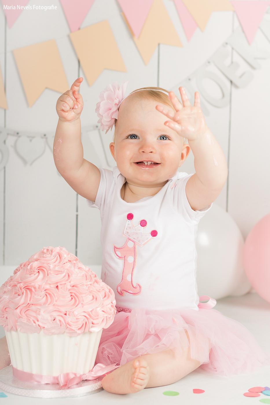 Yay! 1 jaar! - Cakesmash Yara - foto door marianevels op 14-08-2016 - deze foto bevat: roze, portret, kind, kinderen, baby, meisje, lief, beauty, verjaardag, fotoshoot, 50mm, 1jaar, Cakesmash