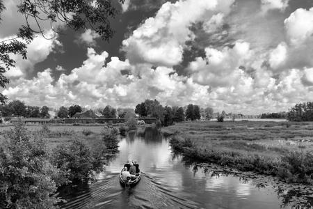landschapZW - - - foto door Positivo_zoom op 30-01-2019 - deze foto bevat: lucht, water, lente, natuur, boot, vakantie, landschap, bos, rivier