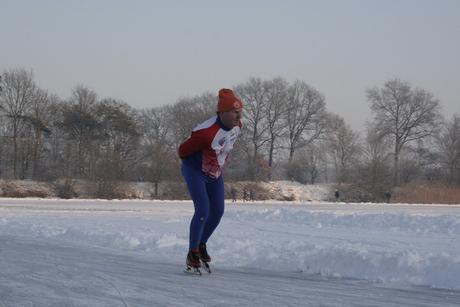 Schaatser op Natuur ijs