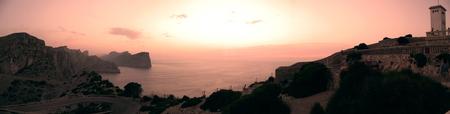 Cap de Formentor - Mallorca, Spanje. Ondergaande zon - foto door joel-ta op 27-09-2011 - deze foto bevat: zon, zee, vuurtoren, sunset, vakantie, kaap, horizon, klif, ondergaan