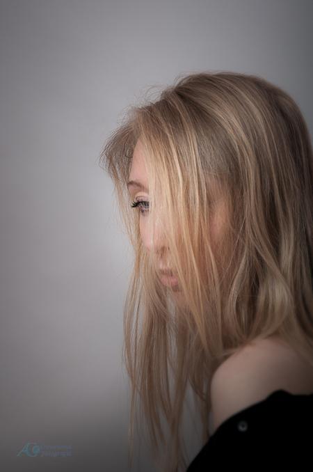Eline, ingetogen - Een gevoel van in jezelf gekeerd zijn. Je blik verhullen voor de wereld - foto door sparetime op 02-05-2017 - deze foto bevat: vrouw, portret, model, beauty, emotie, glamour, studio, blond, fotoshoot, strobist