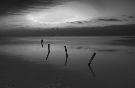 stilte - - - foto door gerhardvanderwiel op 18-09-2020 - deze foto bevat: lucht, wolken, water, licht, zonsondergang, spiegeling, meer, kust, polder, #expertuitdaging#foto#fotograferen#fotografie#reflecties#uit, #bewerken#bewerking#bundel#cursus#foto#fotowedstrijd#lightro