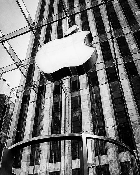 New York 19 - Als er een bedrijf is dat haar imago een boost heeft gegeven is het Apple wel. Het tech bedrijf dat vanuit een kleine garage in Silicon Valley is uit - foto door mphvanhoof_zoom op 16-12-2019 - deze foto bevat: architectuur, apple, kunst, art, logo, amerika, dynamiek, zwartwit, manhattan, contrast, wolkenkrabber, trappenhuis, ritme, design, reisfotografie, architectuurfotografie, zwartwitfotografie, New York, appleshop