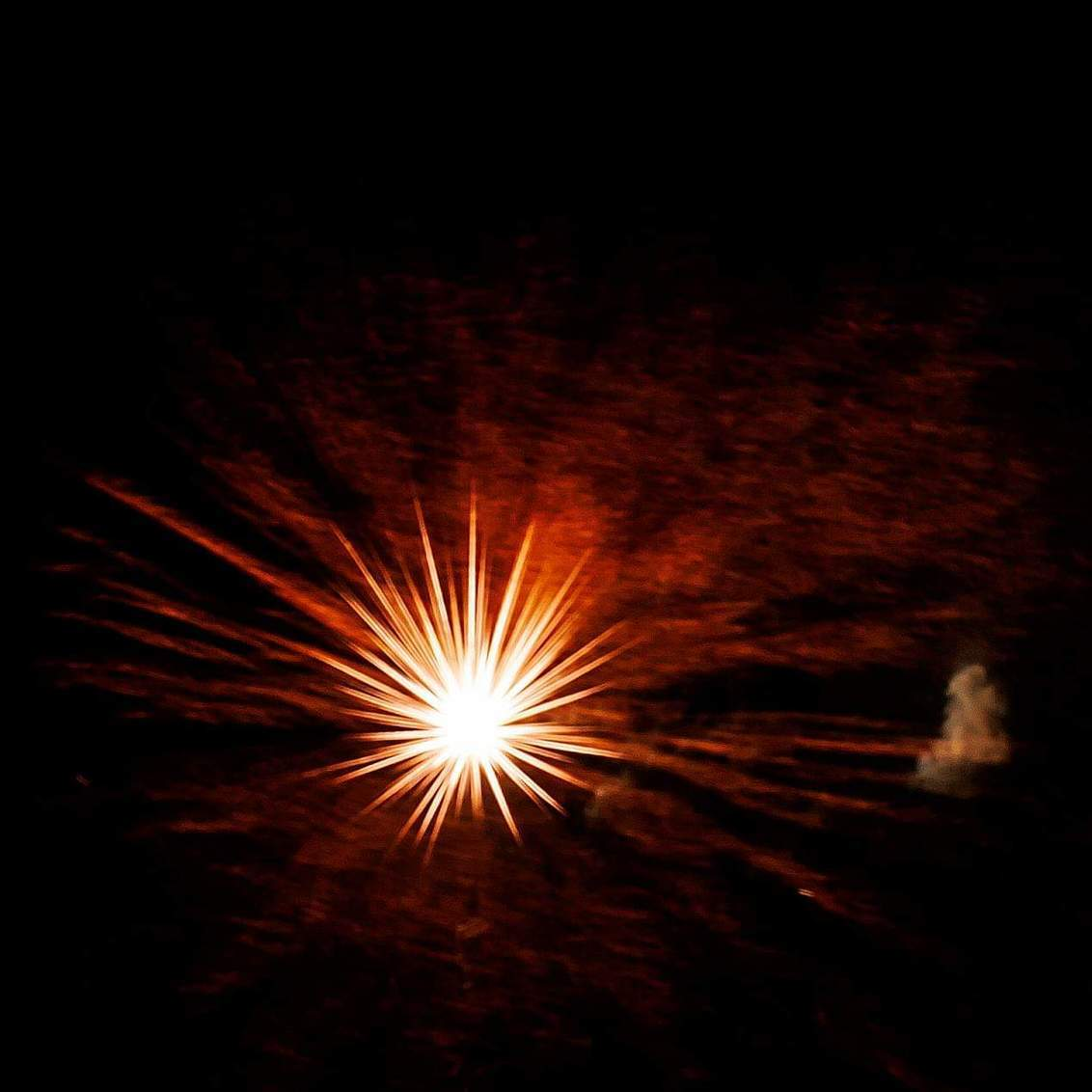 Vuurwerk - Uit de hand, zonder statief. Ik dacht 4 seconden sluitertijd. Vuurpijl met lichtbollen. Werd een ster. Mooie verrassing. - foto door Gonneponnetje op 05-01-2019 - deze foto bevat: nieuwjaar, vuurwerk, nacht, oudjaar, oudennieuw