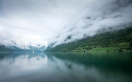 Oldevatnet - - - foto door Joshua181 op 21-10-2017 - deze foto bevat: lucht, wolken, water, natuur, vakantie, spiegeling, reizen, landschap, mist, bergen, meer, noorwegen, lange sluitertijd