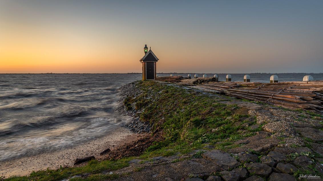 Volendam - Zonsopkomst Havenhoofd - Volendam - foto door barthendrix op 04-04-2019 - deze foto bevat: lucht, water, vuurtoren, lente, licht, landschap, zonsopkomst, haven, pier, volendam, havenhoofd, lange sluitertijd, gouden uur