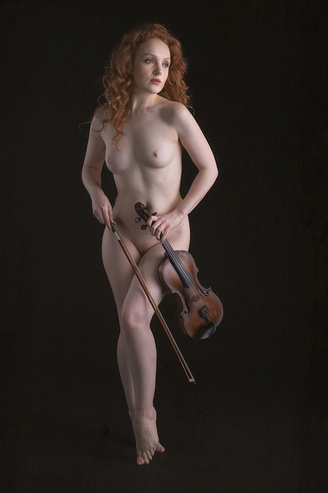 the violin player - model is Ivory Flame - foto door jhslotboom op 04-02-2018 - deze foto bevat: vrouw, soft, licht, portret, model, erotiek, beauty, naakt, pose, glamour, studio, klassiek, artistiek, roodharig, strijkstok, redhead, Ivory flame, viool.vioolspeelster