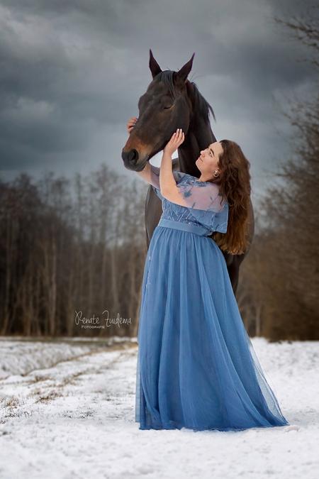 Ella - Sanne met haar prachtige kwpner Ella - foto door RenateZuidemaFotografie op 19-02-2021 - deze foto bevat: sneeuw, paard, bos, liefde, love, jurk, forest, horse