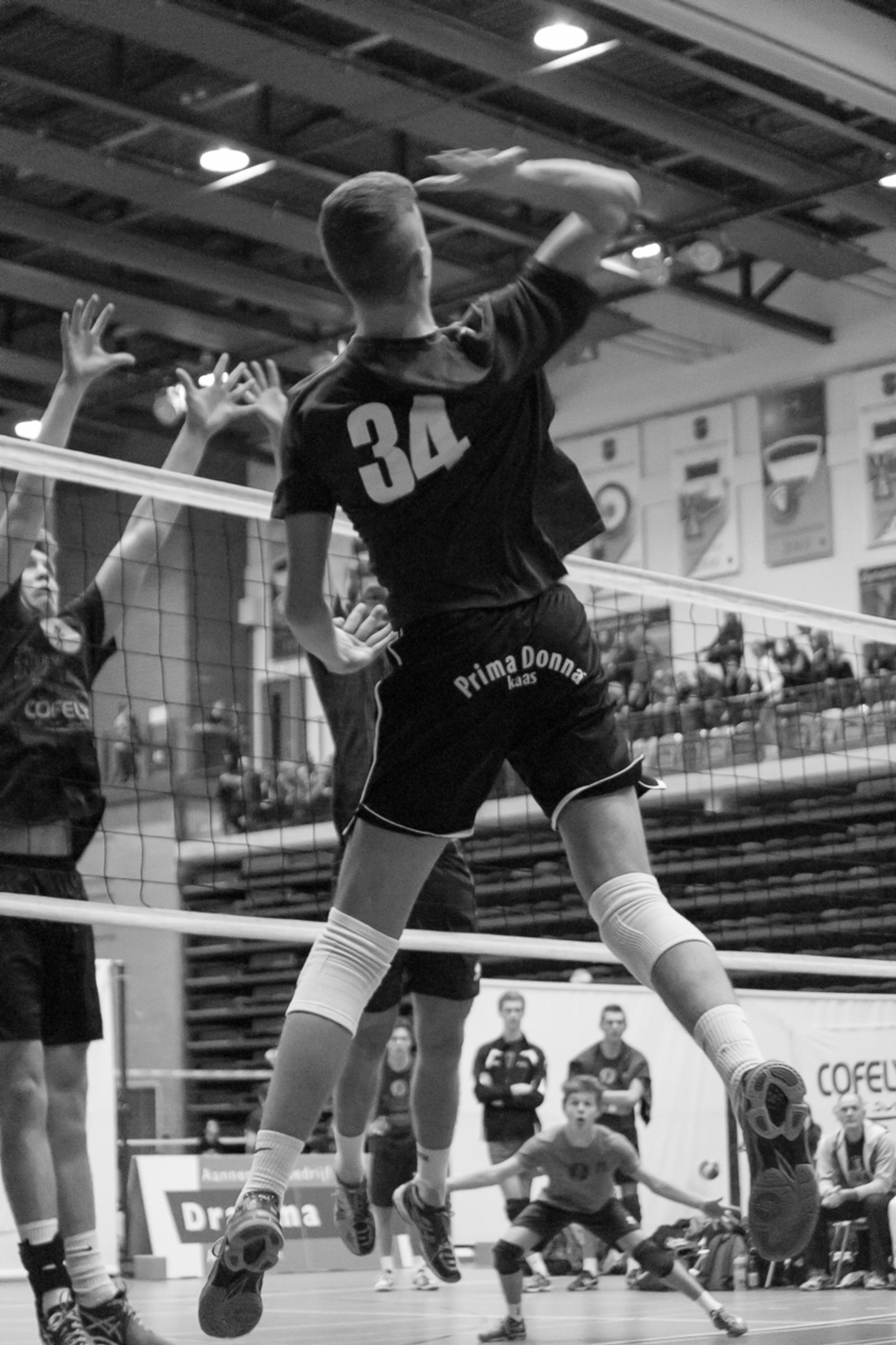 Aanval - Voor het eerst volleybal gefotografeerd! En ik ben erg happy met deze foto. Gemaakt tijdens het Cofely Internationaal Jeugdtoernooi 2015 - foto door Vleer op 13-01-2016 - deze foto bevat: volleybal, jeugd, dynamo, indoor, toernooi, sporthal - Deze foto mag gebruikt worden in een Zoom.nl publicatie