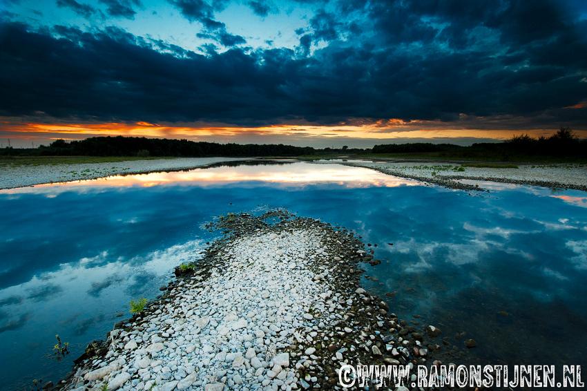 Evening Peace - Gemaakt in het Maasgebied in Zuid-Limburg. - foto door eyefocus-76 op 13-09-2012 - deze foto bevat: lucht, wolken, water, rivier, luchten, maas, landscape, kiezel, kiezelstenen, maasgebied