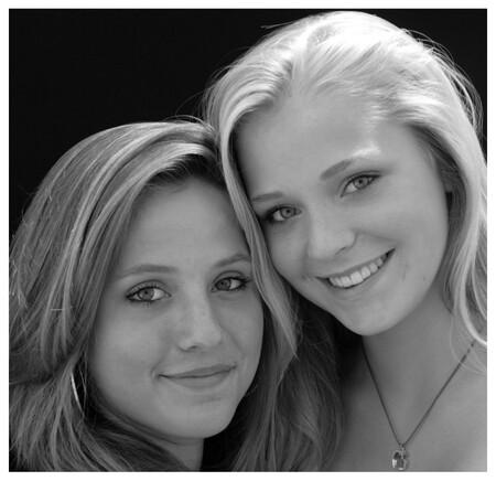 vriendinnen - serre, mooi licht en mooie meiden - foto door heleendeleeuw op 18-07-2009 - deze foto bevat: merel, nadine