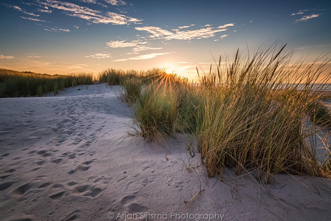 De duinen van Terschelling - - - foto door ArjanSijtsma op 30-08-2017 - deze foto bevat: lucht, wolken, zon, strand, natuur, licht, avond, zonsondergang, vakantie, landschap, duinen, tegenlicht, kust, terschelling