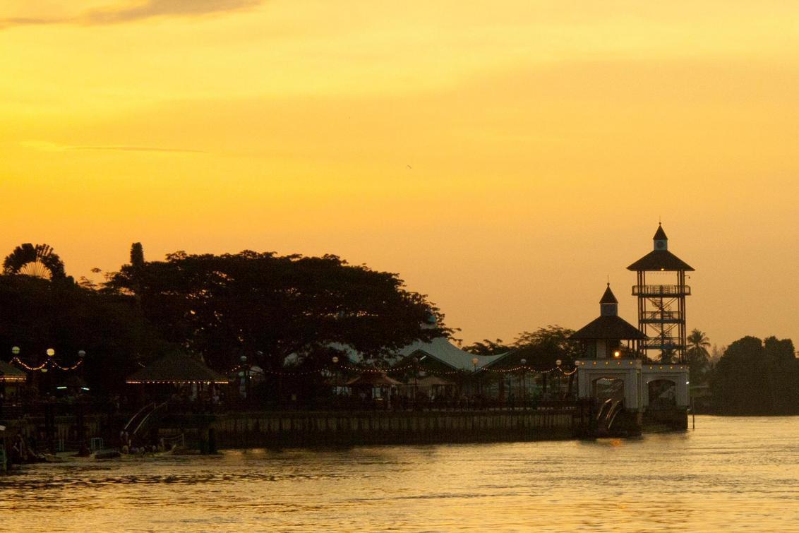 Kuching River - Genomen in Kuching - Maleisie. Beetje bewerkt met lightroom. - foto door sarawak op 29-09-2011 - deze foto bevat: sunset, boot, zonsondergang, stad, rivier, river, city, ferry, maleisie, malaysia, kuching