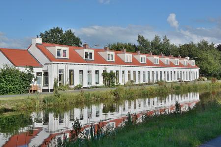 Huisjes in Woudbloem - Architect Wierenga ontwerpt na de aardappelmeelfabriek van Woudbloem in 1904, in 1906 ook een blok van 10 woningen (Scharmer Ae nrs. 9 t/m 27, bij de - foto door johandekens op 18-07-2020 - deze foto bevat: architectuur, restauratie, woudbloem, aardappelmeelfabriek, afwateringskanaal, Provincie Groningen, roegwold, lefier, gemeente midden-groningen, architect wierenga