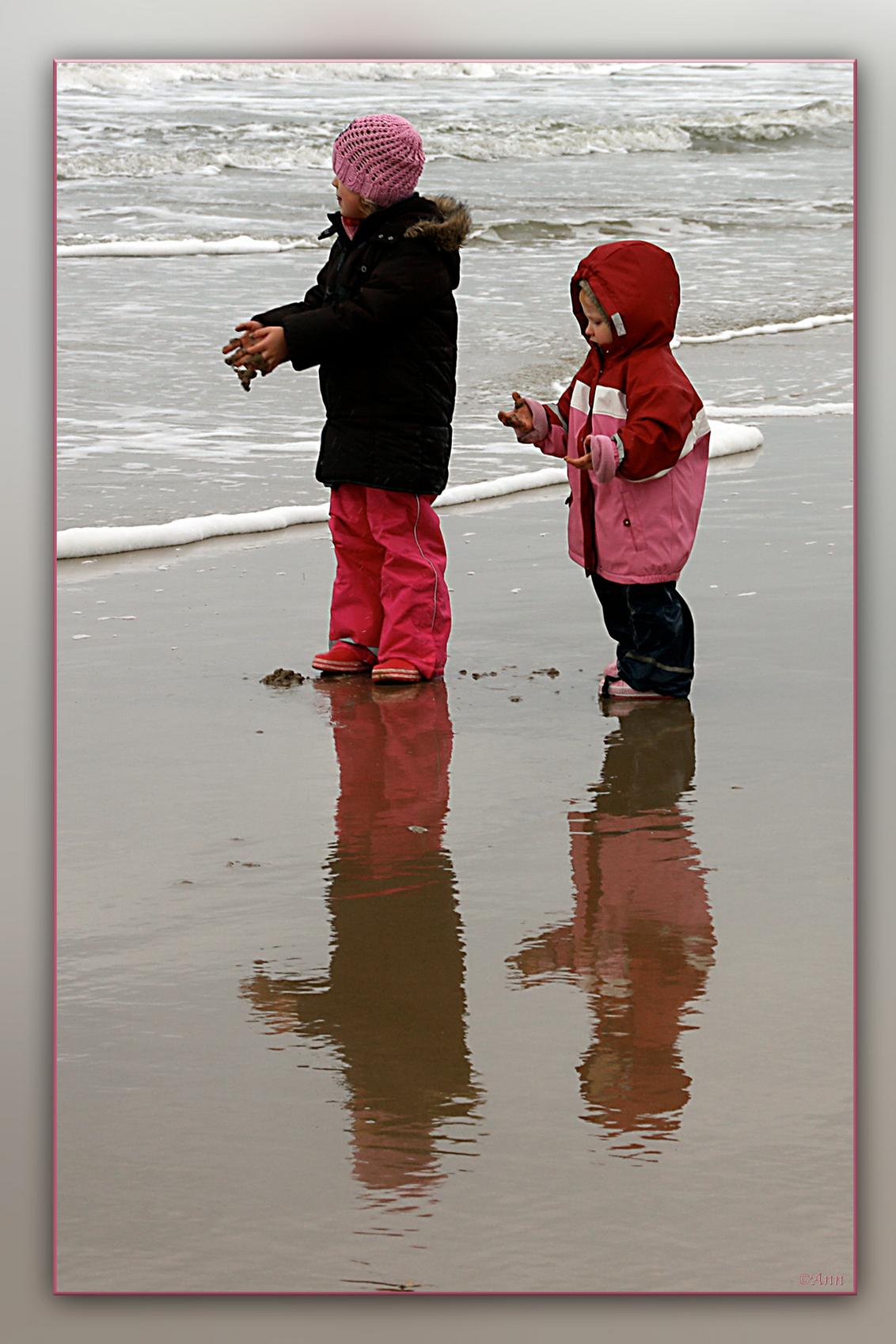 De ontdekking!!! - Zo maar een moment, wat ik tegen kwam, bij mijn strandwandeling. Groetjes Ann - foto door Ann_zoom op 12-10-2009 - deze foto bevat: kinderen, straatfotografie, ann