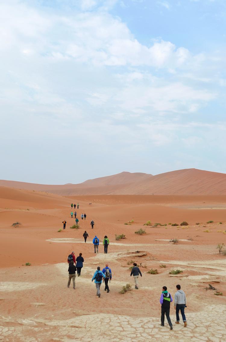 Approaching Deadvlei - Toeristen op weg naar Deadvlei in de Namibische woestijn.  Edit: Deze foto zal geplaatst worden in de Zoom van april (2013 nr. 4). - foto door Blackscorpion op 29-03-2013 - deze foto bevat: duinen, zand, afrika, namibie, woestijn, droog