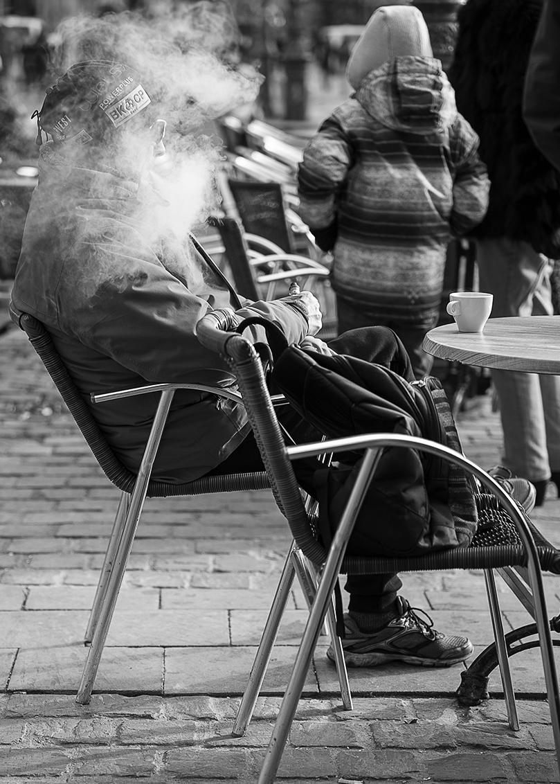 Als de rook om je hoofd is verdwenen! - - - foto door karindevries57 op 12-01-2020 - deze foto bevat: man, straat, stad, rook, antwerpen, zwartwit, terras, roken, straatfotografie, centrum, 50mm, dampen, nikon z6, e sigaret