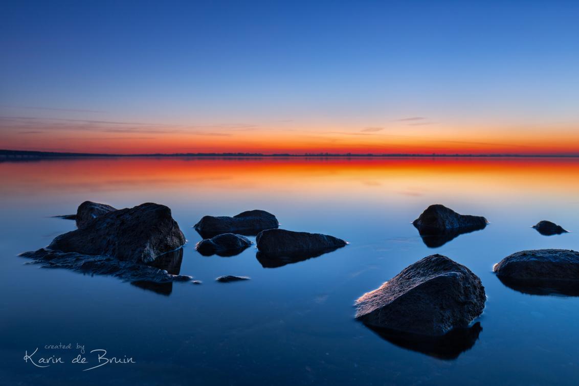 Rocky Shore! - - - foto door KarindeBruin op 05-04-2021 - deze foto bevat: lucht, zon, water, dijk, lente, natuur, licht, spiegeling, landschap, tegenlicht, zonsopkomst, meer, rivier, kust, lange sluitertijd