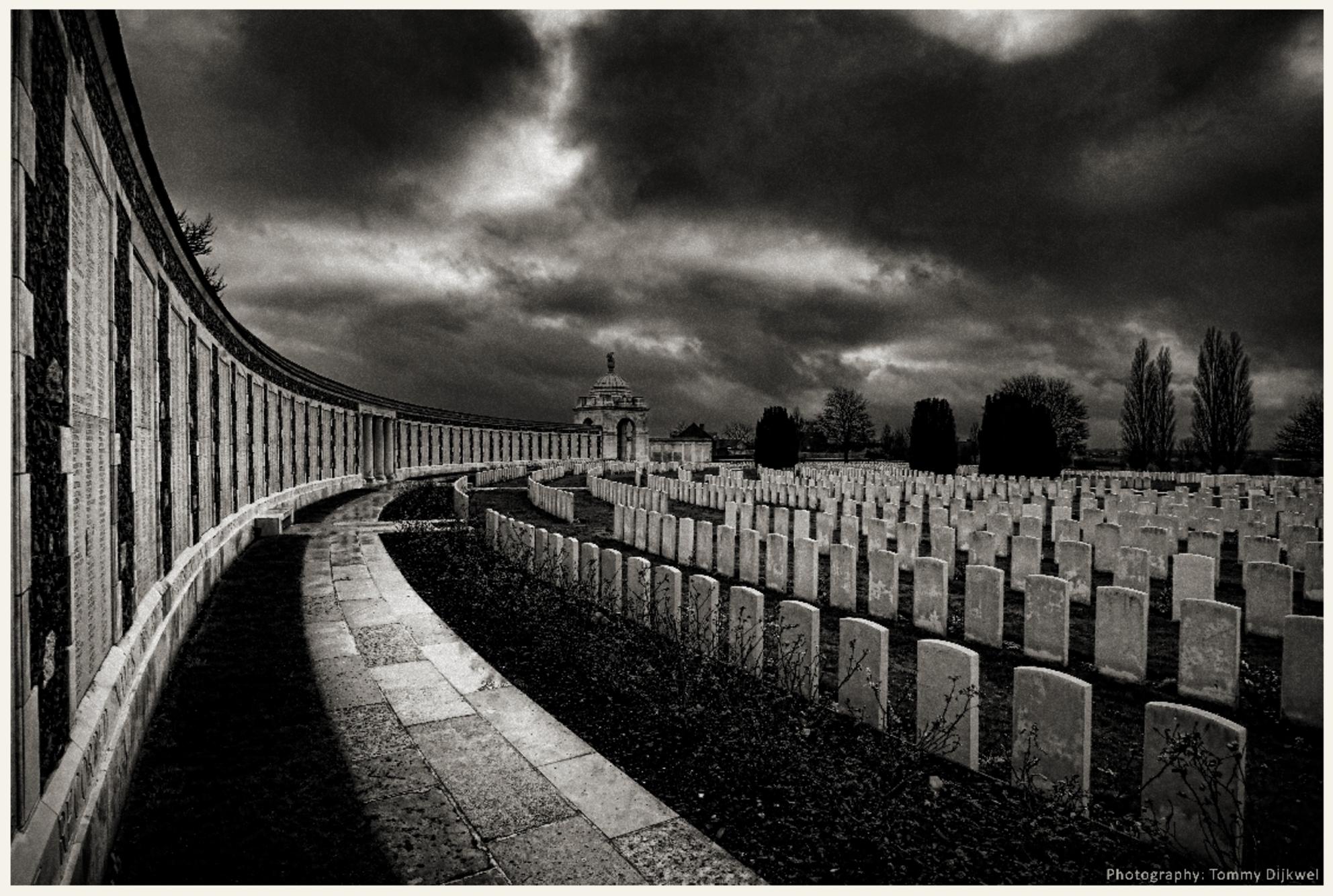 Eternal Rest - [b]Eternal Rest[/b]  Voor Eeuwig Rust, na te zijn omgekomen in een Hel op Aarde...   Tyne Cot Cemetery, de grootste Britse militaire begraafplaat - foto door TommyDijkwel op 10-11-2017 - deze foto bevat: landschap, ieper, wo1, passendale, tyne cot cemetery, britse militaire begraafplaats